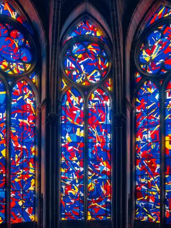 De glas-in-lood ramen van kunstenaar Imi Knoebel in de Kathedraal van Reims (c) Ivo Faber